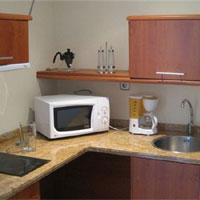 Jedes Apartement verfügt über eine kleine Küche - Foto: CareTour
