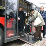 Rollstuhlrampe: Die ausgeklappte Rampe erleichtert das Ein- und Aussteigen - Foto: © Domus Mea