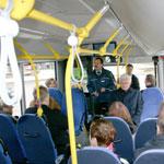 Der Busfahrer hilft einen Sitzplatz zu finden - Foto: © Domus Mea