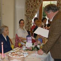 Bürgermeister Hans Hawlitschek überreichte an Maria Liedauer die Silberne Ehrennadel des Freistaates Bayern zum 100. Geburtstag - Foto: Domus Mea