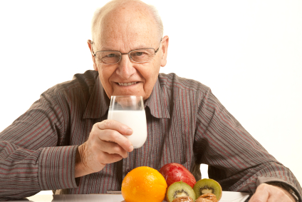 Senior beim Essen | Foto: istockphoto.com/carmebalcells