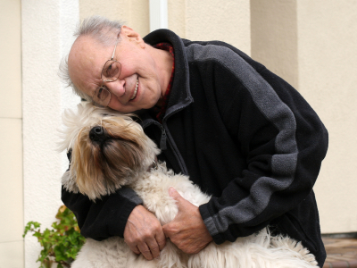 Senior mit Hund | Foto: istockphoto.com/barsik