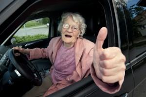 Seniorin am Steuer | Foto: istockphoto.com/Rendery