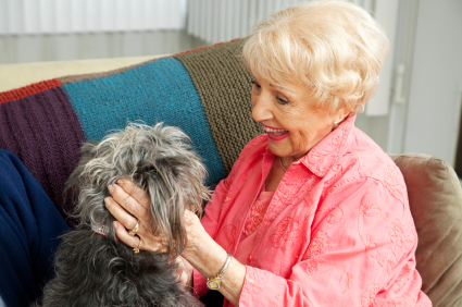 Seniorin mit Hund | Foto: istockphoto.com/lisafx