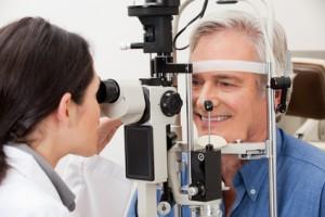 Augenbehandlung im Alter / Foto: Tyler Olson - Fotolia.com